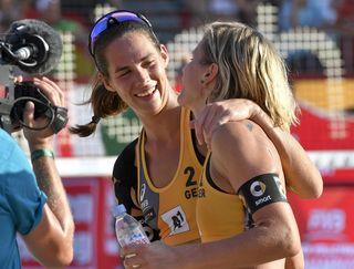 Kira Walkenhorst (links) und Laura Ludwig haben den Titel bei der Beachvolleyball-WM gewonnen.