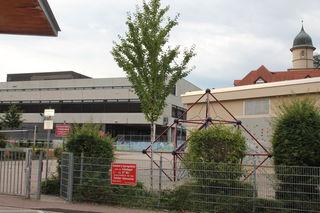 Etwa am Schiller-Gymnasium kommen die Maler zum Zuge. Im kommenden Jahr sind dafür grundlegende Erweiterungen geplant. F: rek