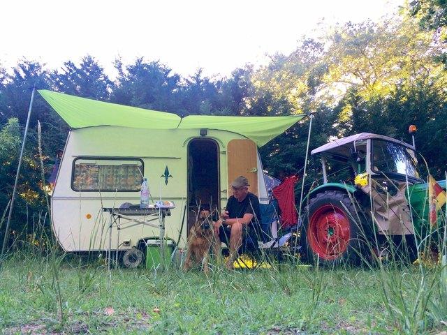 Der Renchtäler Helmut Busam unterwegs mit Schlepper, Wohnwagen und seinem Hund