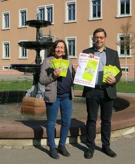 """""""Jetzt geht's los!"""" heißt es, wenn Ute Götz-Bannert, Sachbearbeiterin im Fachgebiet Kindertageseinrichtungen und Soziales, und OB Klaus Muttach das Ferienprogramm in Achern vorstellen."""