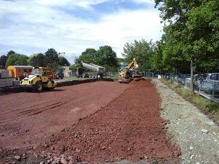 Auf dem späteren Parkplatz der Ortenauhalle wird der Baugrund verbessert.
