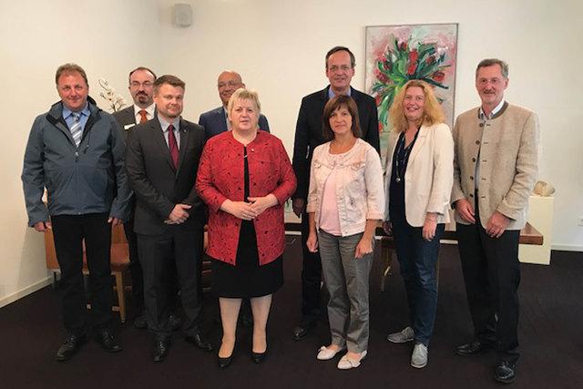 Kordula Kovac (Mitte) und Oberkirchs Oberbürgermeister Matthias Braun (Vierter von rechts) diskutierten mit den Teilnehmern des ersten Sondierungsgesprächs zur Wahl der Erdbeerkönigin.