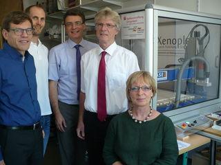 Vor der CNC-Fräse: Hans-Peter Möschle (v.l.), Nils Schmedes, Thorsten Erny, Alois Lehmann und Elli Riedinger