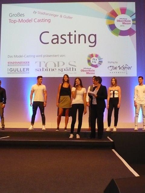Bewerber präsentieren sich beim Casting auf der Oberrhein-Messe moderiert von Stadtanzeiger Verkaufsleiterin Heike Roll (vorne r.).