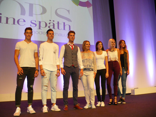 Die Finalisten des Castings aus dem Vorjahr, hier mit Sabine Späth (Mitte), zeigen sich alle erneut bei Modenschauen. Fotos (2): djä