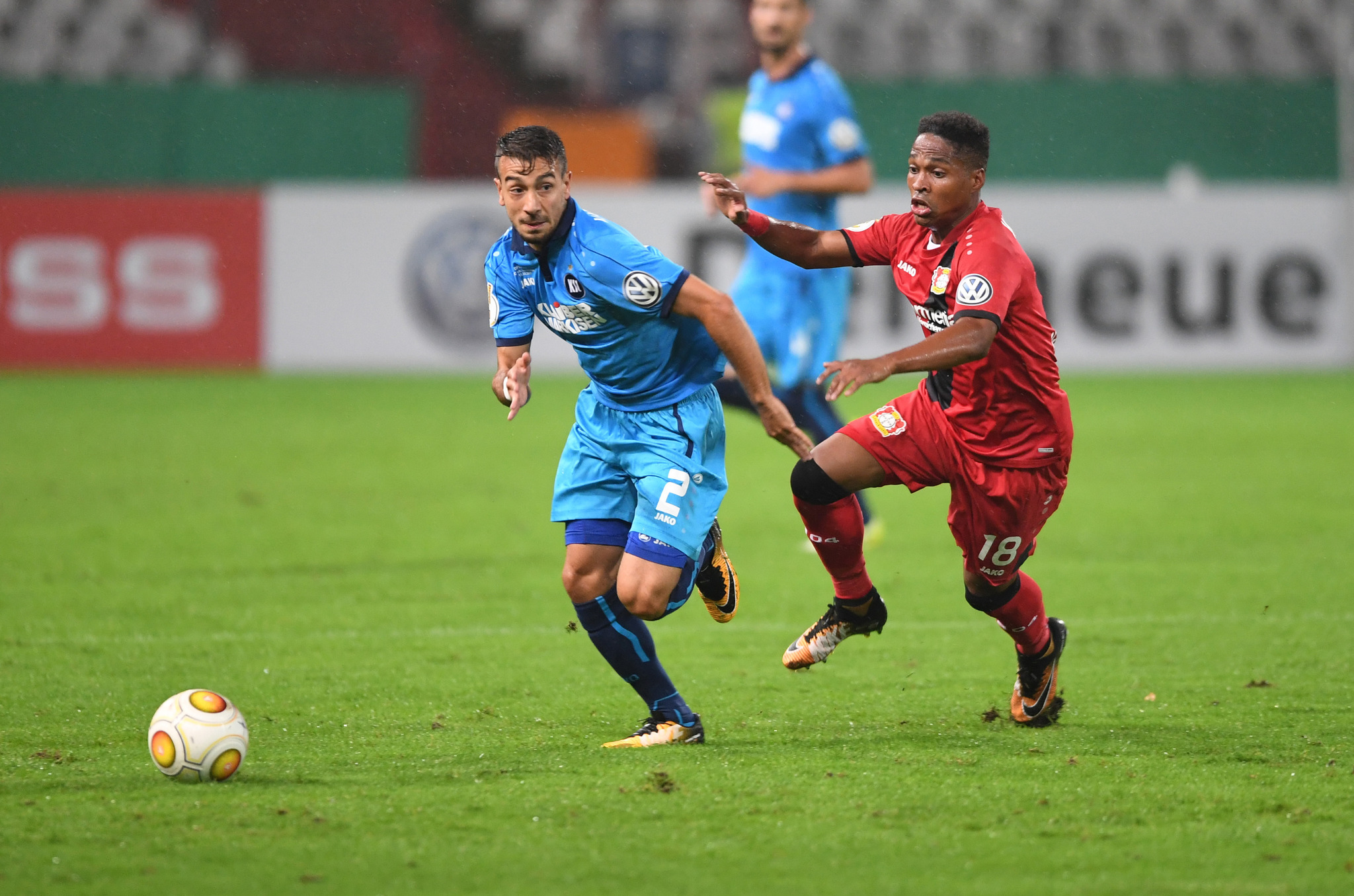 Der Karlsruher Burak Camoglu (links) und der Leverkusener Wendell kämpfen um den Ball.