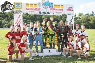 Raphale San Millan (grüner Kombik rechts) und sein Beifahrer Benedikt Zapf wurden neue deutsche Meister.