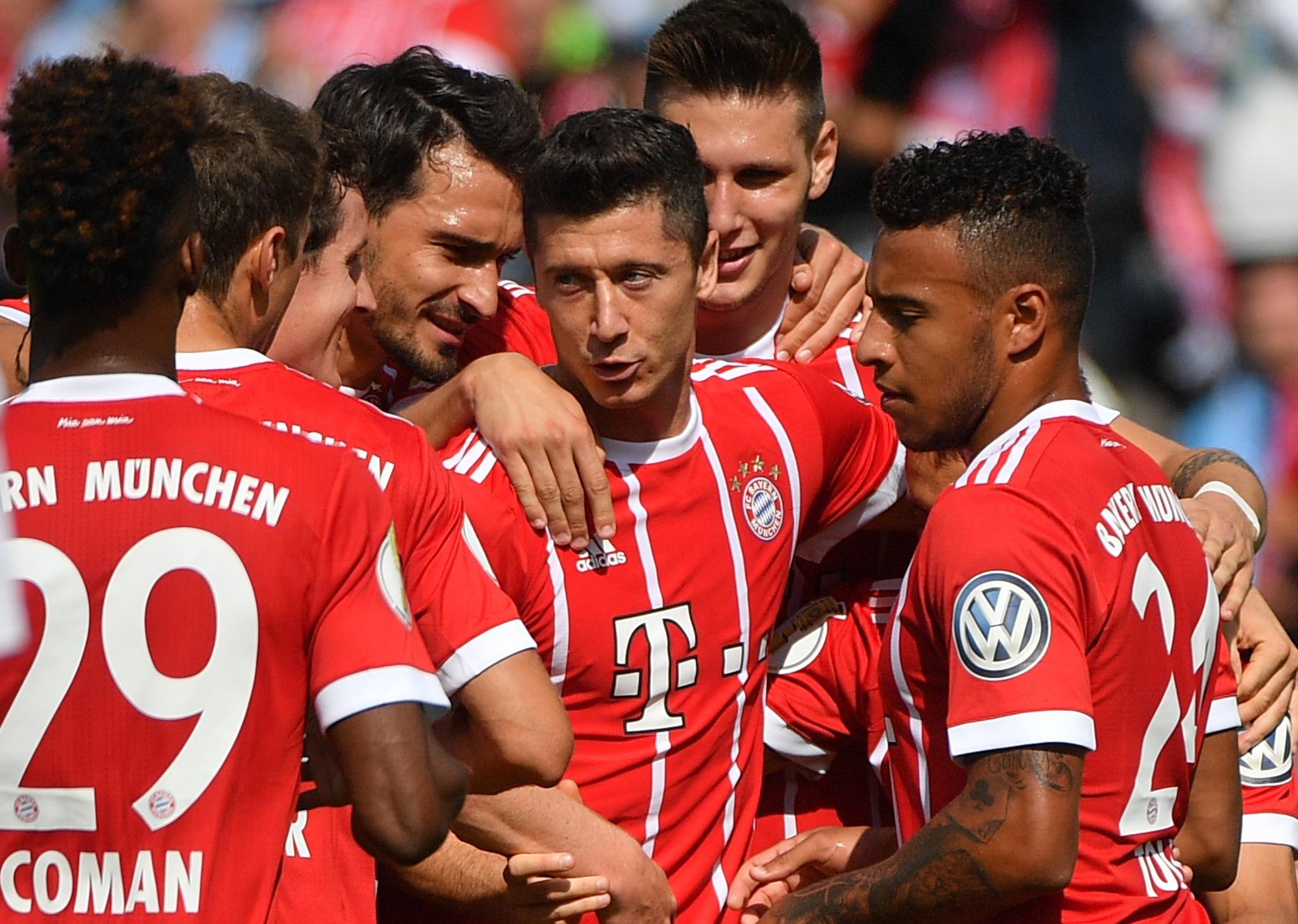 Robert Lewandowski (Mitte) bejubelt sein 1:0.