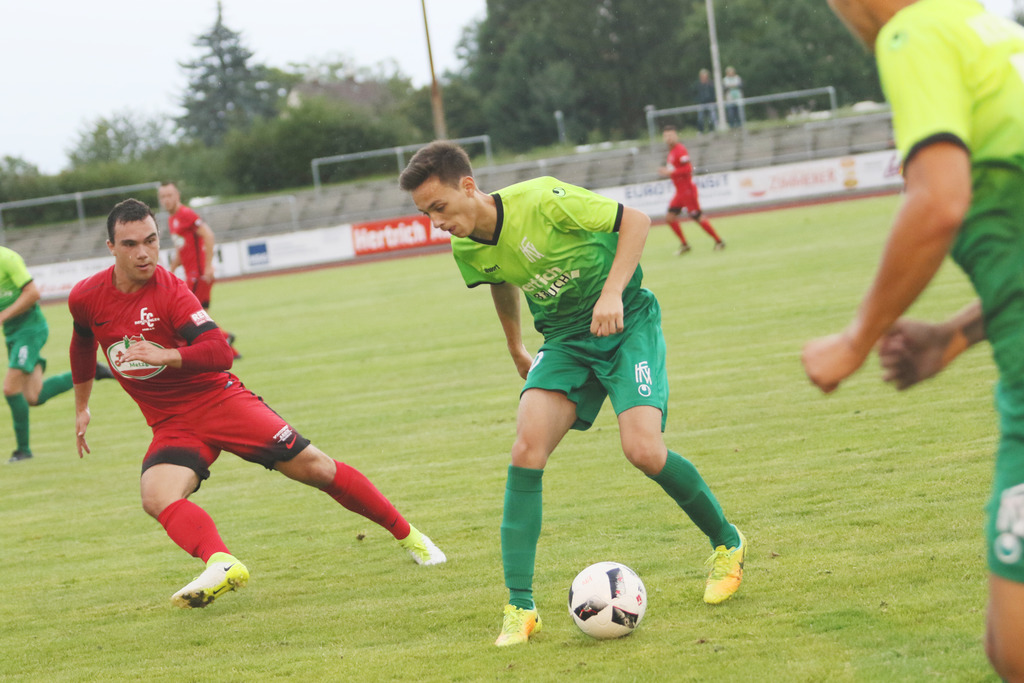 Arber Paqarizi (grünes Trikot) traf zum 1:0 für den Kehler FV.