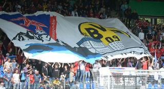 Rielasinger Fans feierten das Duell gegen die Dortmunder mit einer riesigen Fahne.