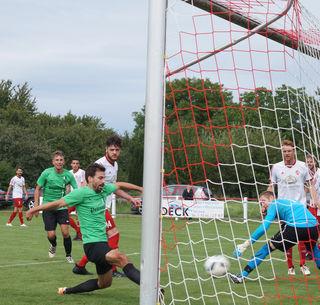 Matthias Lehmann erzielt hier mit dem 1:0 das erste Tor in der Landesliga für den SV Oberharmersbach.