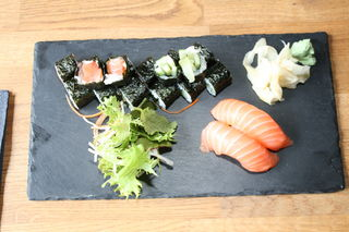 Sushi ist eine beliebte Spezialiät.