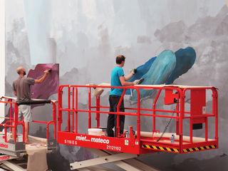 Elias Errerd und Johannes Mundinger (v. l.) beim Bemalen einer Wand in der Universität Bielefeld