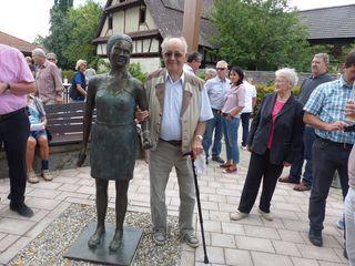 Der 91-jährige Altortsvorsteher Alfons Meier mit Nele, 1989 hatte er die inzwischen gestohlene Brunnenfigur Lene seiner Bestimmung übergeben.