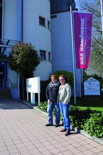 Erfolgreiche Vermittlung in die Geschäftsstelle der Kreishandwerkerschaft: Geschäftsführerin Susanne Drotleff (r.), schätzt Birgit Rix als verlässliches Teammitglied.