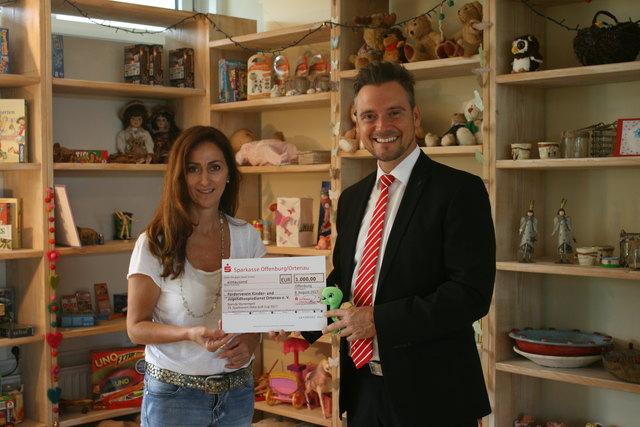Sparkassen-Bereichsdirektor Marco Fischer übergab Helena Gareis den Spendenscheck.