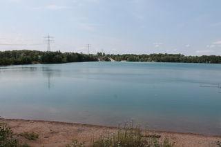 Das Wasser sieht verlockend aus, doch an vielen Baggerseen – wie hier in Waltersweier – ist Baden verboten.