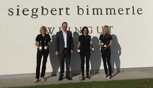 """Siegbert Bimmerle umringt vom Team der neuen """"Wein-Guide-Damen"""" mit den Siegerweinen"""
