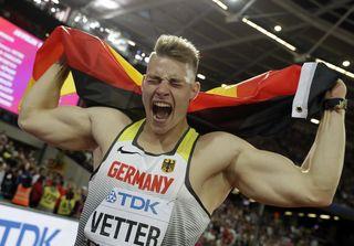 Sechs Tage nach dem WM-Gewinn hatte Johannes Vetter beim Werfertag in Thum wieder allen Grund zum Jubeln.