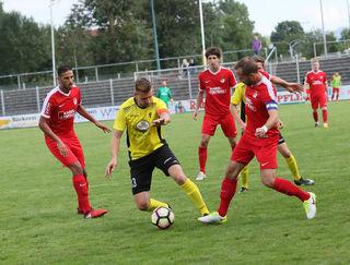 Der Offenburger FV (rotes Trikot) setzte sich am Ende überlegen gegen den SV Mörsch durch.