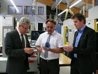 Betriebsbesichtigung (v. l.): Oberbürgermeister Wolfgang G. Müller, Andreas Styrnol (Zermet) und Wirtschaftsförderer Jochen Siegele.