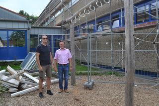 Bauamtsleiter Wolfgang Flink und Bürgermeister Oliver Rastetter informieren sich vor Ort über die Schulsanierung.