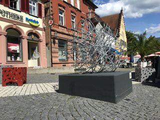 """""""Halte mich auf dem Laufenden"""": Skulptur von Angelika Summa auf dem Urteilsplatz"""