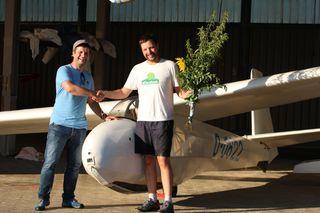 Der Fluglehrer Alexander Wiestler (links) gratuliert dem Alleinflieger Fabricio Faccini (rechts).