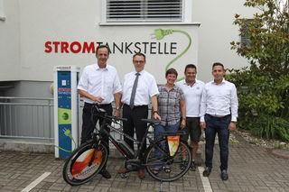 Oberbürgermeister Matthias Braun nimmt das Fahrrad von Erik Füssgen, Geschäftsführer der Stadtwerke, im Beisein von Stefanie Schmid, Michael Waltersbacher und Michel Borschenska von den Stadtwerken (v. l.) in Empfang.