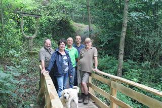Freuen sich über die neue Brücke (v. l.): Frieder Broßmer (Schwarzuwaldverein), Rita Ohnemus (Ortsvorsteherin von Ettenheimmünster), Dieter Ringwald (Schwarzwaldverein), Markus Ohnemus (Bauhofleiter) und Wolfgang Karle (Schwarzwaldverein)