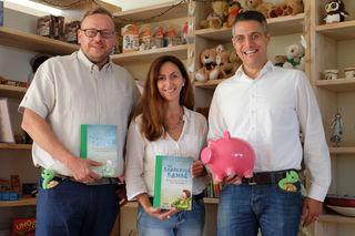 Den bisherigen Erlös von rund 2.000 Euro haben Florian Buchta (r.) und Ulf Tietge (l.) auf 2.500 Euro aufgerundet und an Helena Gareis, Leiterin des KiJu, übergeben.