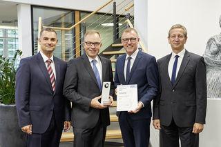 """Christian Köhler (Union Investment) gemeinsam mit Markus Dauber und Clemens Fritz (Vorstand Volksbank in der Ortenau) sowie Jürgen Stiletto (Union Investment) bei der Verleihung des """"Prix de Fonds"""" in Bronze (v. l.)"""