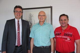 Bürgermeister Michael Welsche (links) begrüßt Ratschreiber Dieter Erk (Mitte) als stellvertretenden Bauamtsleiter, rechts Roland Mündel, Bauamtsleiter
