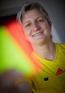 Christine Baitinger aus Friesenheim-Oberschopfheim hat ihre aktive Zeit inzwischen zwar beendet, war aber eine von Deutschlands Top-Schiedsrichterinnen. Höhepunkte ihrer Laufbahn waren 2007 bei der Weltmeisterschaft in China und 2008 bei der Olympiade in Peking. Als Unparteiische für die Frauen-Bundesliga war sie zwar immer durch Security-Leute geschützt, kennt aber auch die Anfeindungen, denen Schiedsrichter ausgesetzt sind. Wie viele Fußballbegeisterte beobachtet sie mit großer Sorge die zunehmenden Probl