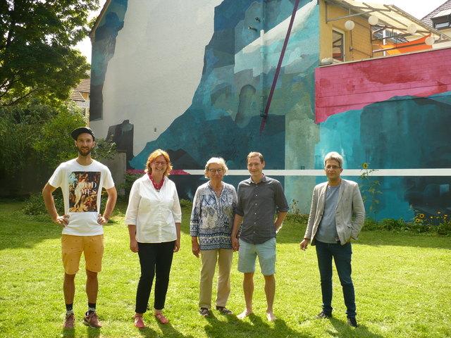 """Sie freuen sich über die """"Freiheit"""" an der Hauswand: Elias Errerd, Carmen Lötsch, Elfriede Mundinger, Johannes Mundinger und Martin Sander (v. l.)."""