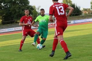Kehls Heimkehrer Imbs behauptet den Ball gegen Jonas Krämer (13) und Nico Obert von Aufsteiger SC Hofstetten.