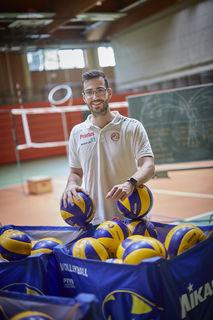 Wenn Florian Völker nicht gerade das Training leitet oder etwas für den Volleyballsport macht, dann interessiert er sich auch für Fußball und Basketball.