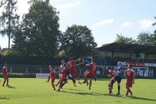 Die Derbys zwischen dem SV 08 Kuppenheim (blaues Trikot) und dem SV Linx haben seit Jahren ihre besonderen Reize.