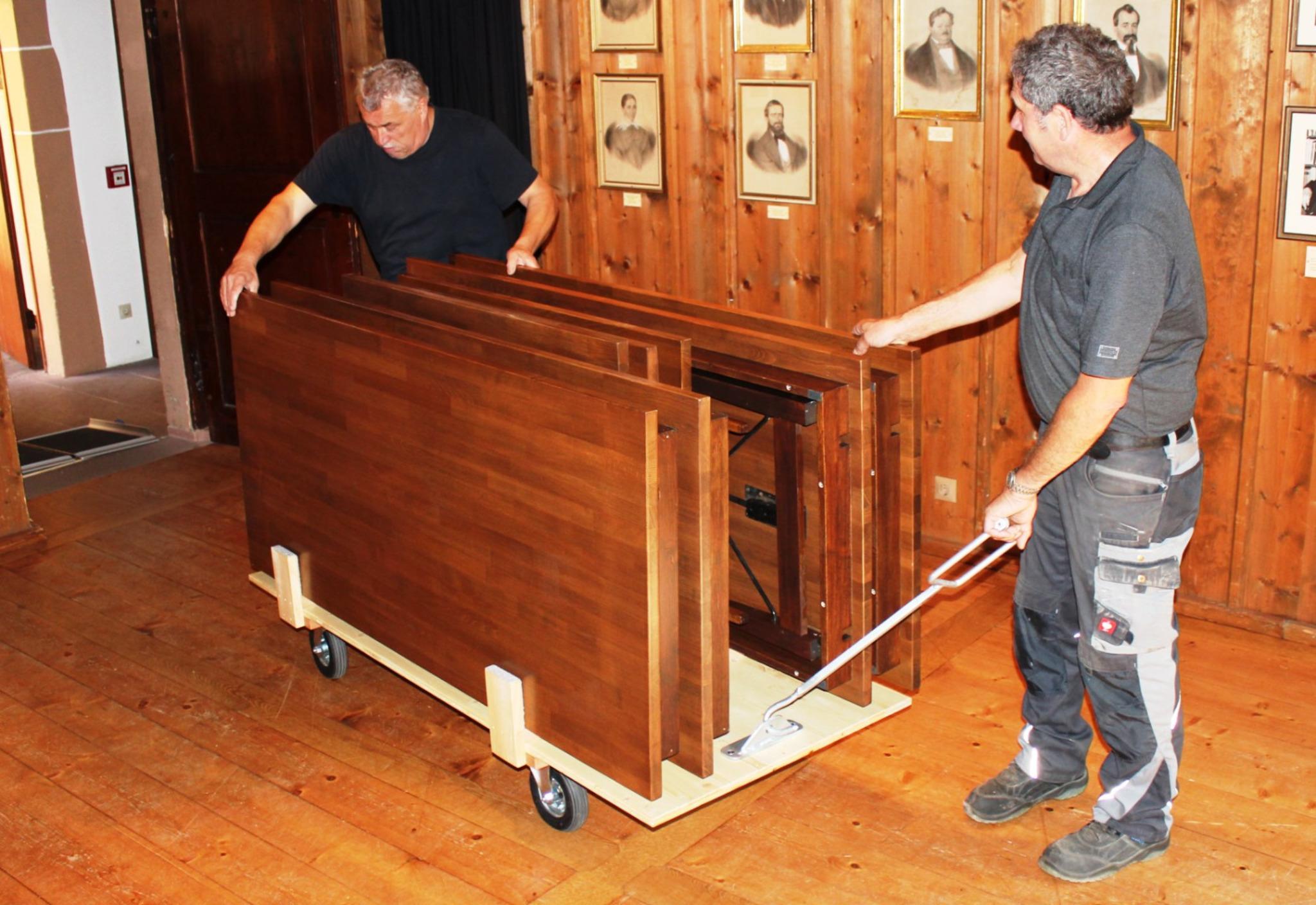 neue alte tische im kapuzinerkloster eigenentwicklung des haslacher bauhofs bildet ersatz haslach. Black Bedroom Furniture Sets. Home Design Ideas