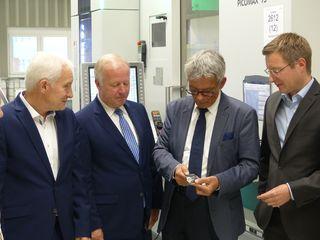 Gemeinsames Treffen: Firmengründer Matthäus Armbruster, Peter Weiß sowie Josef Hecken und Geschäftsführer Florian Armbruster bei der Firma Armbruster in Steinach (v.l.n.r.)
