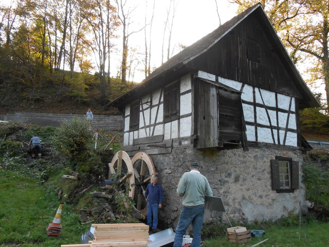 Dank der Arbeit von Klaus Bohnert schaufelt an der Kopp-Mühle wieder ein Wasserrad das kühle Nass.