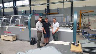 Bürgermeister Marco Steffens (links) und Geschäftsführer Jochen Kopitzke (rechts) beim Rundgang durch die neuen Produktionsräume des Unternehmens