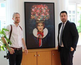 Ein Werk von Sebastian Wehrle (links) ziert nun auch das Arbeitszimmer von Haslachs Bürgermeister Philipp Saar.