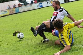 Der FC Singen (gelbes Trikot) versuchte zwar alles, konnte die Linxer aber nicht bremsen.