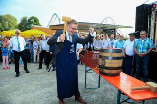 Nur wenige Hammerschläge brauchte Bürgermeister Klare, damit das Bier sprudeln konnte.