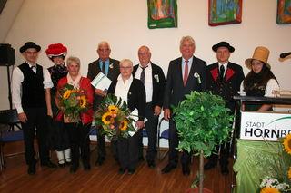 Bürgermeister Siegfried Scheffold (dritter von rechts) zeichnete Yolande Menges (fünfte von rechts) aus Bischwiller und Peter Reeb (vierter von links) aus Hornberg im Beisein ihrer Ehepartner und vieler Jubiläumsgäste für ihr 20-jähriges Engagement um die Städtepartnerschaft mit der Bürgermedaille in Bronze aus.