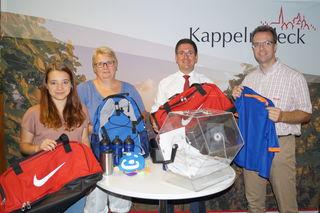 Glücksfee Hannah Buntru, Silke Panter vom TVK Kappelrodeck, Bürgermeister Stefan Hattenbach und Hauptamtsleiter Martin Reichert (v.l.) freuen sich über die rege Beteiligung an der Laufpassaktion und präsentieren einige der Preise.