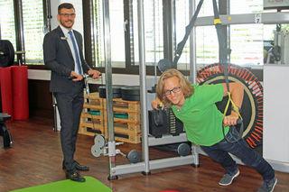 Stefan Zetting (links), der Leiter des AOK-Kunden-Center Achern, übergab Sportwissenschaftler Lukas Ehmann das Prüfsiegel.