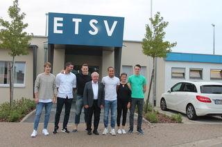 Die erfolgreichen Sportler der LG Offenburg um den LGO-Präsidenten Rüdiger Hurrle und Speerwurf-Weltmeister Johannes Vetter (vierter und fünfter v. r.).