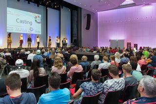 Die Teilnehmer stellen sich dem Publikum und der Jury vor.